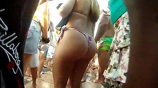 Loira CUZAO de Bikini no Clube