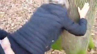 Une mature fait la pute dans les bois