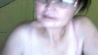 This mature lady loves her big saggy tits and she's a nice webcam performer