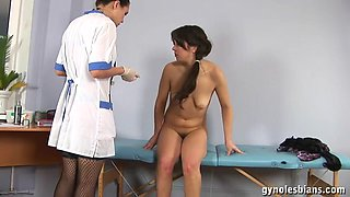 A lesbian doctor who stretches her asshole