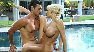 Dude and his luxurious mistress enjoy outdoor sex in the pool