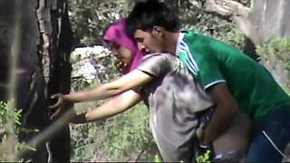 Turkish woman gets seduced against a tree in the city park