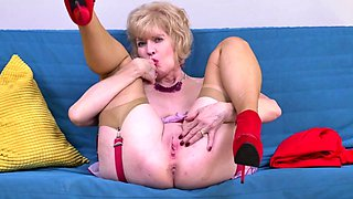 American housewife Sindee Dix fingering herself